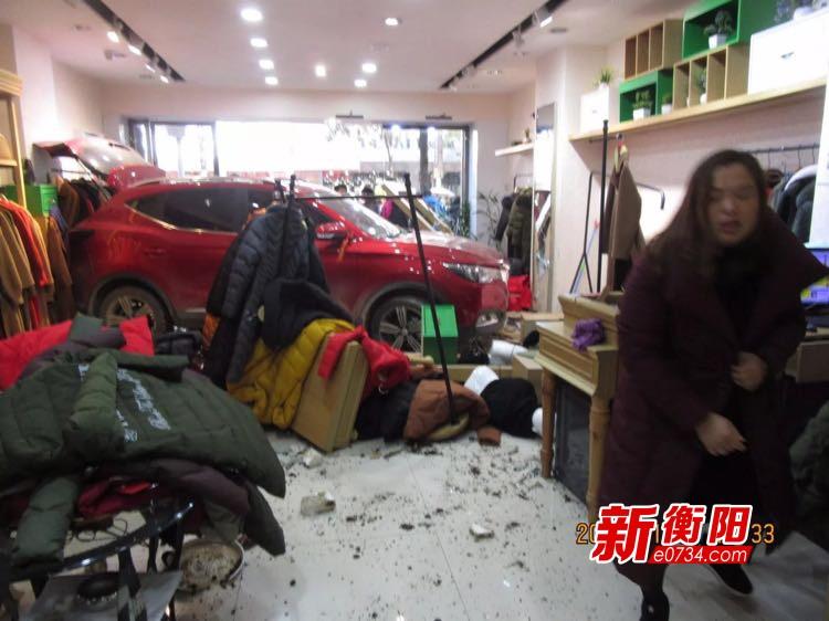 衡山县一台越野车冲进服装店 女店员遭无妄之灾